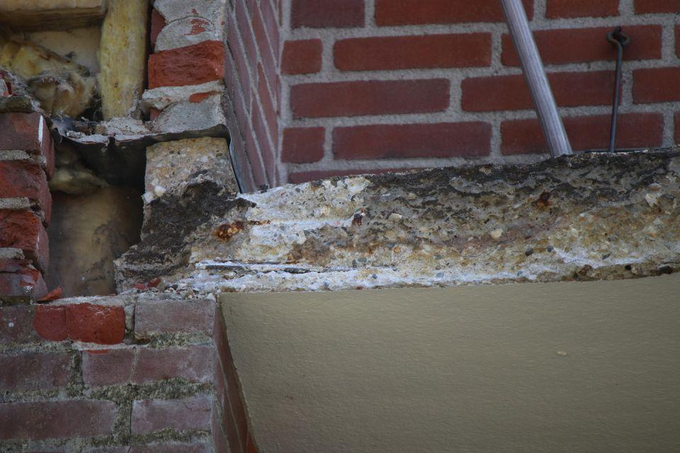 Plaats waar een van de twee balkon is bezweken (foto Nebest)